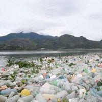 Toneladas de basura inundan lago que intentan rescatar en Guatemala