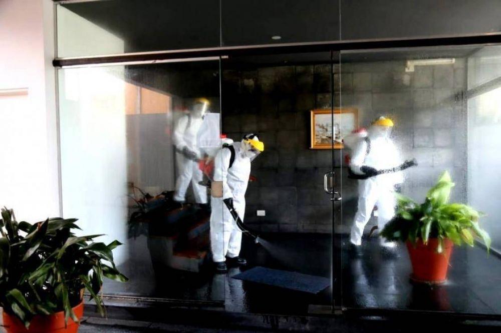 Operativo de desinfección en edificio donde confirmaron caso de Coronavirus en La Plata