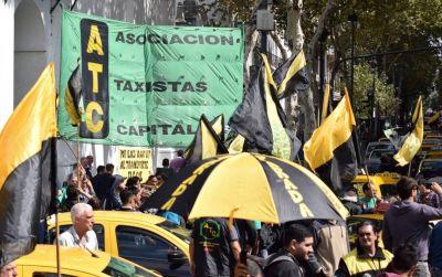Taxistas denunciaron en la Justicia a Uber, Cabify y Beat por violar la emergencia sanitaria