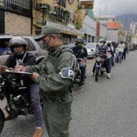 Colas eternas en Venezuela tras el histórico aumento de la nafta
