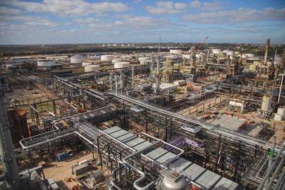 Abella junto al presidente Fernandez inauguran una planta de diesel en la refinería de Axion Energy