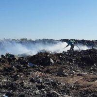 Basural: Personal municipal se sumó a las acciones para controlar el fuego