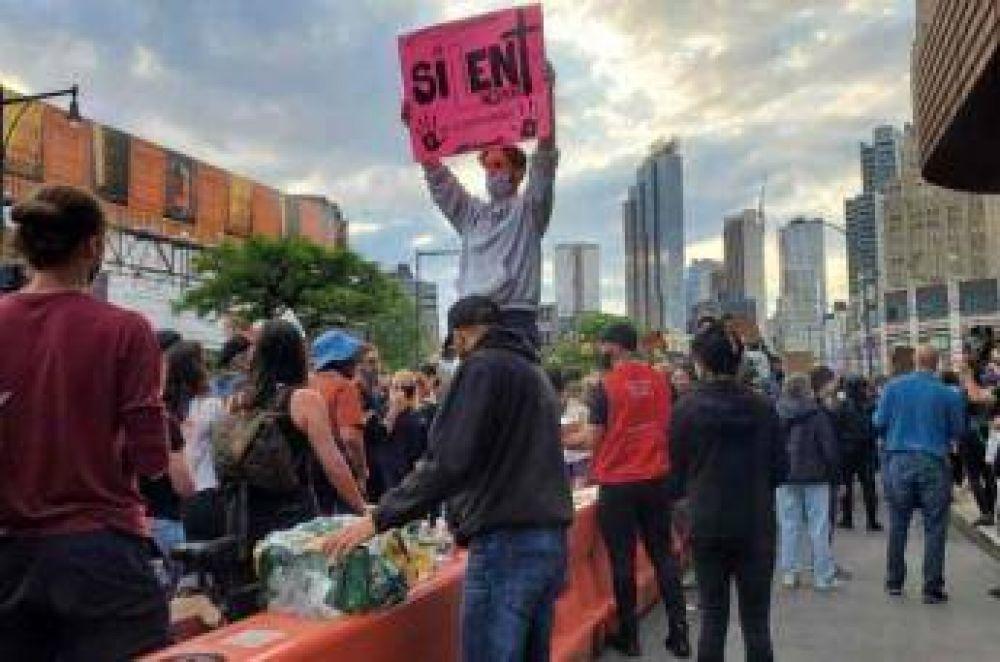 Organización musulmana reparte comida entre los manifestantes de Nueva York