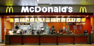 La justicia voltea el acuerdo del 75% y ordena a McDonald's pagar salarios completos a trabajadora suspendida
