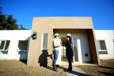 Gray y la María Eugenia Bielsa recorrieron plan de viviendas en Esteban Echeverría
