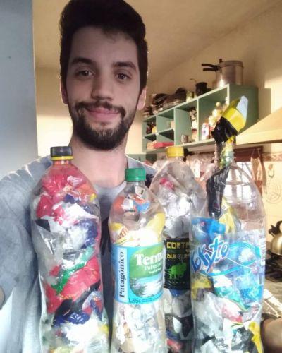 """""""Botellas de amor"""": la forma de reciclar plásticos en casa que suma adeptos en la Región"""
