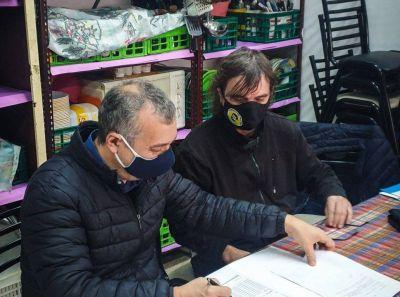 El ENACOM repartió notbooks en Villa la Cárcova con el acompañamiento del Padre Pepe Di Paola