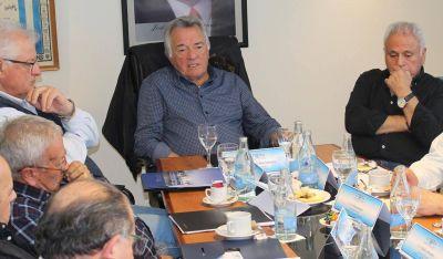 Barrionuevo prorrogó suspensiones y negocia el pago del aguinaldo