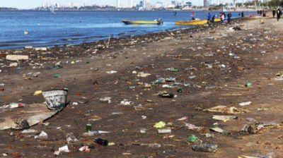 Botellas, plásticos y gran cantidad de basura en la costa norte rosarina