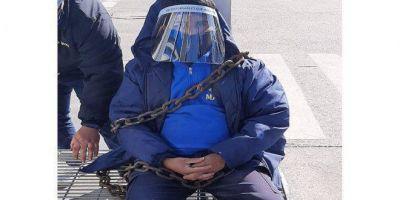 Trabajadores tomaron un Maxi Carrefour por caso de Covid-19: hay un delegado encadenado pidiendo que se respeten los protocolos