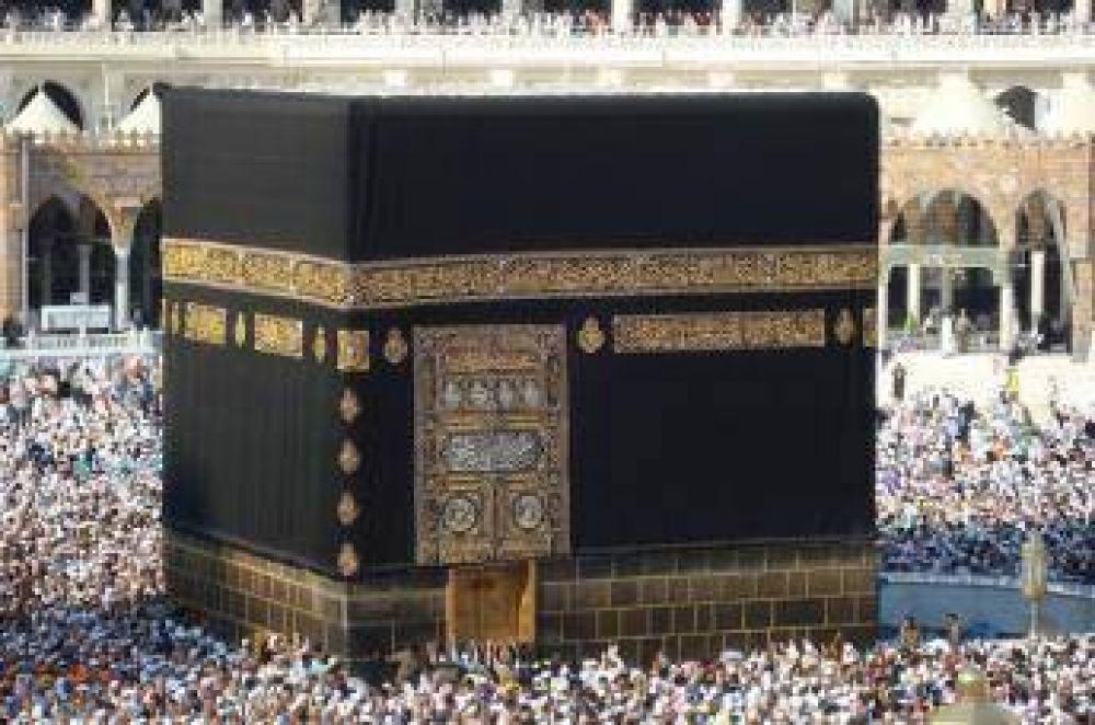 Prohibido tocar o besar piedra negra de La Meca durante gran peregrinación