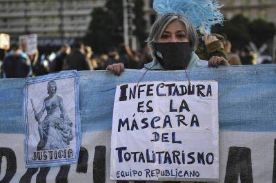 Banderazo en el obelisco: rechazo a la cuarentena, críticas al Gobierno y ataque a trabajadores de prensa