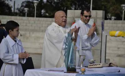 """El Papa alienta al cura villero que """"pelea"""" contra el coronavirus"""