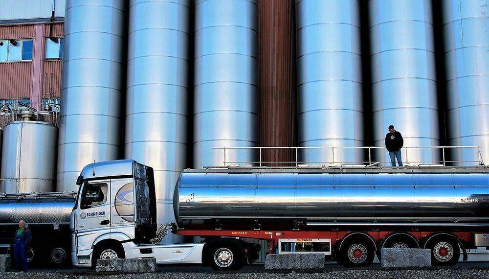 Las empresas quieren congelar salarios y asoma un conflicto en la industria láctea