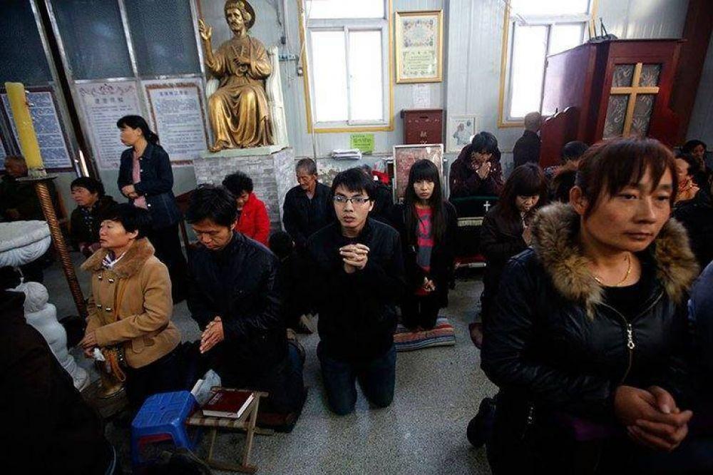 Biblias, cruces e iglesias quemadas: cómo es la persecución del régimen chino contra la minoría cristiana
