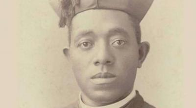 Contra el racismo, fieles peregrinan y rezan ante tumba del primer sacerdote afroamericano