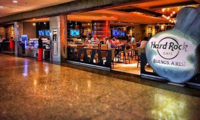 Exigen el pago de aguinaldo a empleados del Hard Rock Café de Aeroparque