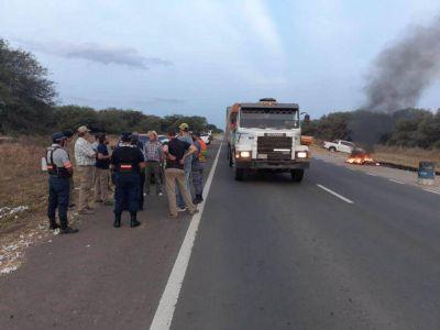 Camioneros santafecinos protestaron para poder circular en la RN 34 camino a Santiago del Estero