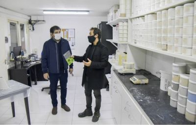 Fernando Moreira visitó una empresa que debió reconvertirse por la pandemia