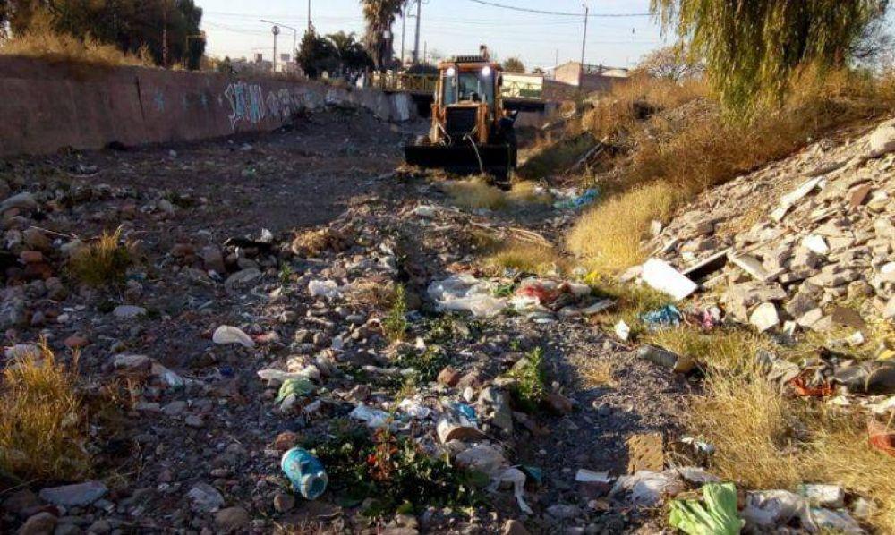 Retiran camionadas de basura del colector aluvional del Infanta en Las Heras