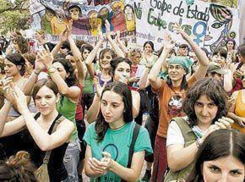 M�s de 15.000 mujeres, en una marcha para exigir derechos