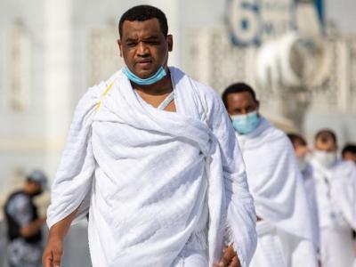 Musulmanes suben al monte Arafat, clave de la peregrinación a La Meca