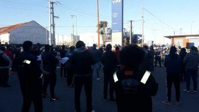Centenar de trabajadores de la destilería YPF se concentraron en repudio a los descuentos salariales