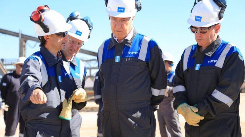 Alberto no descartó una suba de naftas y dijo que es un problema que está hablando con YPF