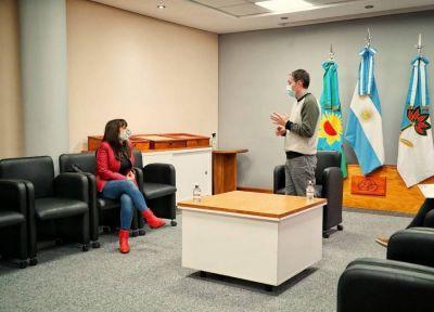 El intendente de Esteban Echeverría entregó subsidios a vecinos e instituciones educativas