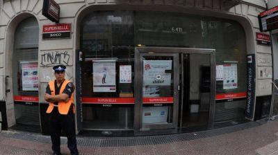 Denuncian que el banco Supervielle viola la prohibición y despide custodios