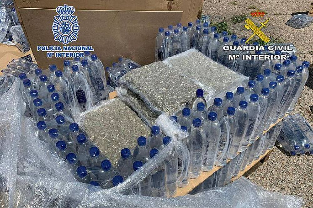 Detenidos por usar su falsa planta embotelladora de agua para traficar con marihuana