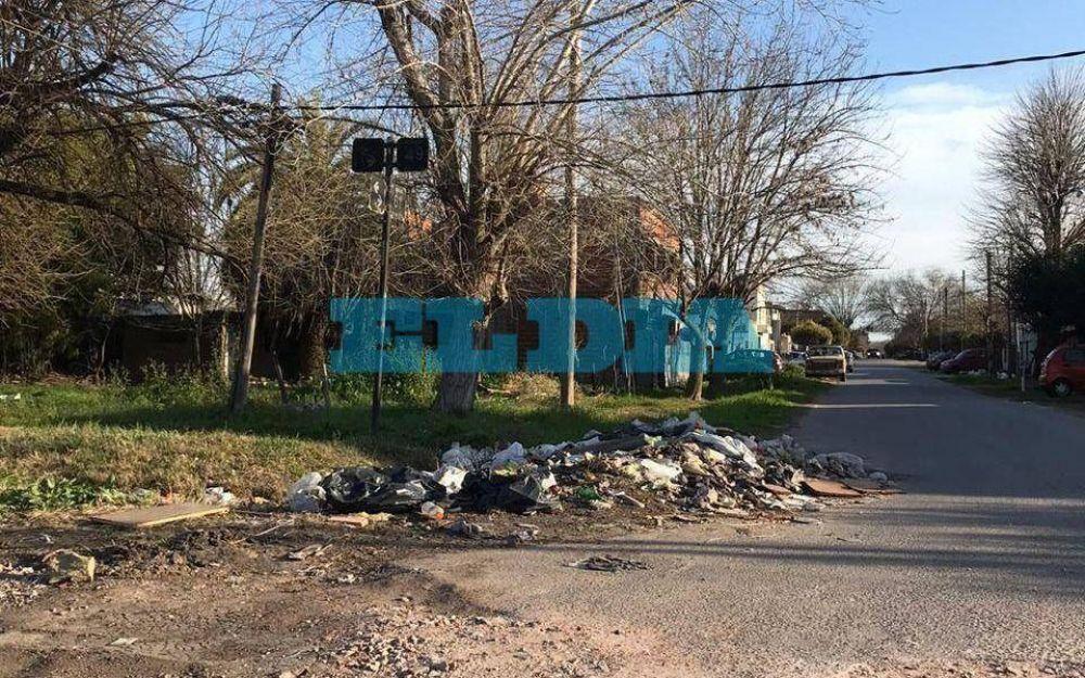 Hartazgo vecinal en un sector de Los Hornos por acumulación de basura doméstica y escombros