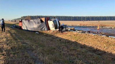 Volcó un camión y desparramó su carga de botellas de gaseosas sobre Autovía 14