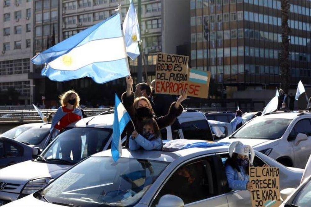 El oficialismo se empeña en unir a la oposición