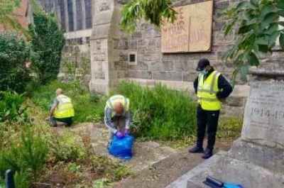 Miembros de una mezquita en el Reino Unido limpian una iglesia vecina