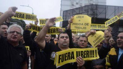 Uber da marcha atrás y ahora dice que acepta a los taxistas