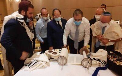 Delegación israelí y judíos locales celebran 'minián' en Abu Dhabi