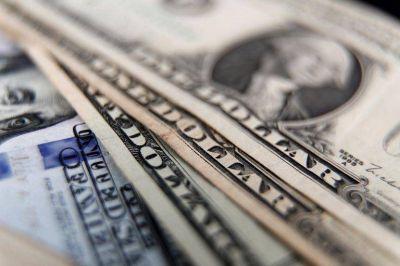 """El Gobierno otra vez analiza límites más bajos para la compra de dólar """"solidario"""" o reflotar el permiso previo"""