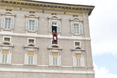 """Ángelus: El Papa pide que """"hagamos un esfuerzo para no chismorrear"""""""