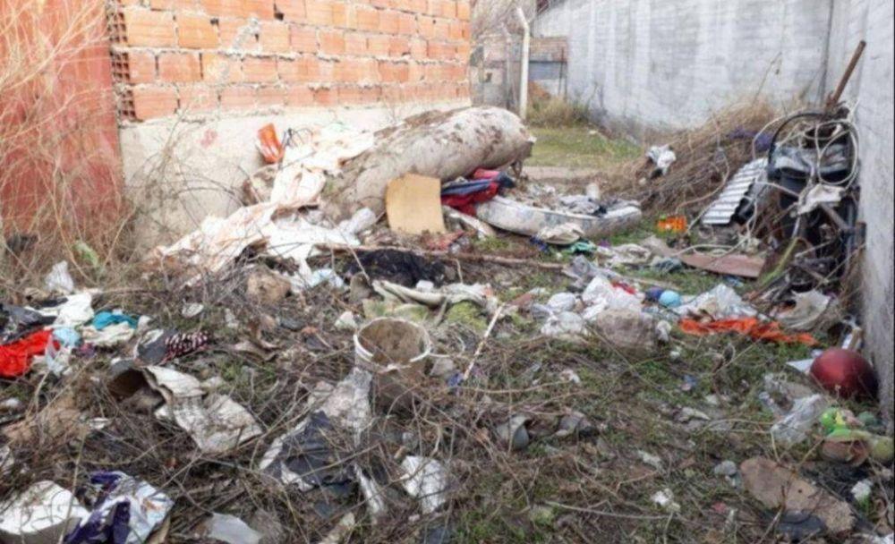 Piden que «dejen de tirar basura» en los espacios comunes de Los Aromos