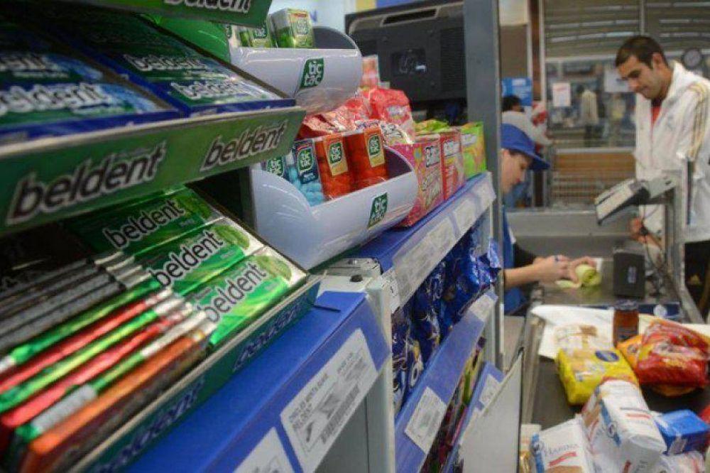 Gaseosas y golsinas, lejos de las cajas: habrá controles en los supermercados