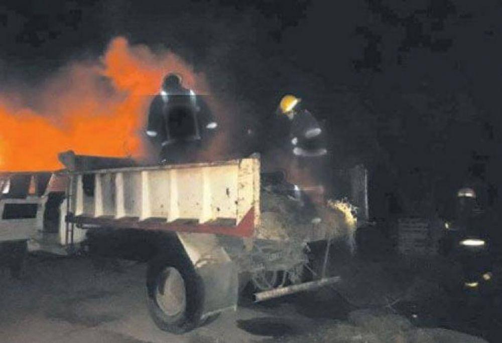 Limpiaron el corralón, cargaron la basura en el camión y se les prendió fuego