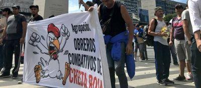 Trabajadores de Cresta Roja protestan frente a la sede del Ministerio de la Producción