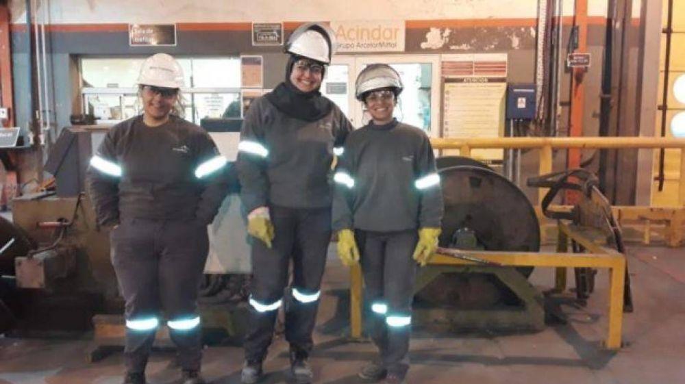 Histórico: tres mujeres trabajan en el sector de producción de la planta de Acindar