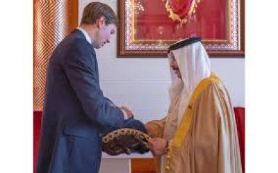 Jared Kushner entrega un rollo de la Torá al rey de Bahréin
