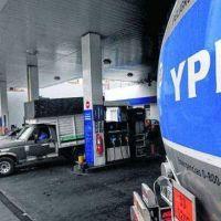 A escasos minutos del sábado, YPF anunció un aumento en la nafta