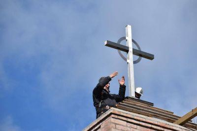 Se instaló la cruz en el campanario de una nueva capilla