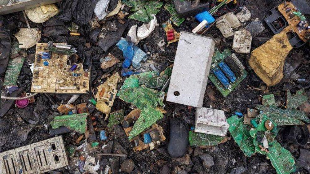 """Un drama ambiental agudizado por la pandemia: """"Nada crece alrededor de la basura electrónica, ni siquiera el pasto"""""""