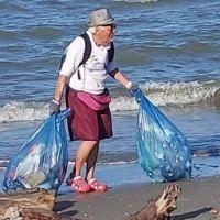 Ejemplo a seguir: tiene 85 años y limpia la basura que otros no quieren ver