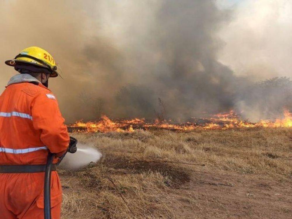 El incendio del basural de Arroyito se reavivó y bomberos tuvo que asistir nuevamente